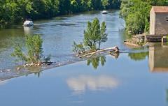 Wehr / Weir (schreibtnix) Tags: reisen travelling frankreich france cahors flus river lot wehr weir spiegelungen reflections himmel sky wolken clouds olympuse5 schreibtnix
