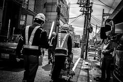 Dans la ville (www.danbouteiller.com) Tags: japan japon japonia japanese japonais tokyo city ville urban street streetscene streetlife streets streetshot streetphoto streetphotography rue photo photoderue worker workers asia asiatique asian asians mono monochrome monochromatic black white noir blanc nb bw noiretblanc blackandwhite blackwhite blacknwhite canon canon5d eos 5dmk2 5d 50mm 50mm14 5d2 5dm2