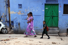 Street  Bundi (Julien Mailler) Tags: street people woman india lady children asian kid asia child indian mother asie indien rajasthan inde nationalgeographic asiatique bundi rajasthani reflectionsoflife lovelyphotos unseenasia earthasia unseenindia