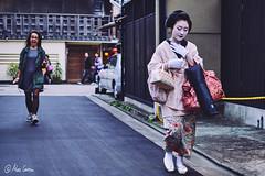 Like a Justin Bieber fan! (Marc Carrera) Tags: japan 35mm blurry kyoto 14 culture streetphotography movida traditions run maiko geiko geisha surprise fujifilm streetphoto gion tradition kioto fujinon barrio japon sorpresa corre xt1 fujinon35mm14 fujistas fujifilmxworld fujixt1 fujifilmxworldes fujifilmespaa