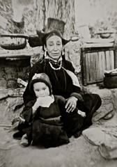 Alchi, Ladakh, India 1979 (chris valls) Tags: india femme enfant ladakh bouddhisme