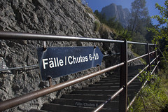 Trummelbachfalle - placa indicando as cachoeiras 6-10 na grade de protecao das escadas (CartasemPortador) Tags: bern lauterbrunnen cachoeira quedas interlaken dgua trmmelbach trmmelbachflle