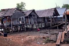 vissersdorp nabij Pukhet, Thailand 2000 (wally nelemans) Tags: poverty thailand 2000 fishingvillage armoede vissersdorp