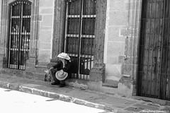 Sintonizando. (cefuenco) Tags: blackandwhite blancoynegro streetphotography sanmigueldeallende guanajuato fotografíacallejera originalphotographer