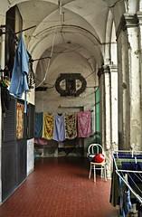 Pianerottolo (Silvana Berardelli) Tags: napoli sedia casco pannistesi pianerottolo volte stenditoio voltosanto