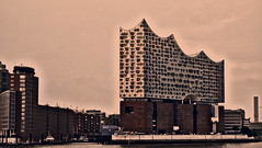 Elbphilharmonie (MarWen26) Tags: elbe elbphilharmonie stage theater am hafen lion lionsking der knig lwen musical wunder vo bern musik chor baustelle hamburg speicherstadt hafencity landungsbrcken millionen milliarden euro geld verschwendung geldverschwendung abend evening night nacht city sunset sonnenuntergang money music drama glas glass river fluss ufer