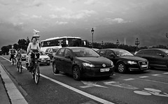 Alexandre III (Photographer ninja) Tags: street blackandwhite paris france blancoynegro seine noiretblanc candid streetphotography streetlife streetscene streetphoto bicyclette iledefrance vlo pontalexandreiii sneakshot shootandrun stealthypic avecdrapeau