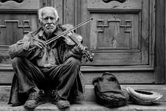 Old violin player (Ojo de Piedra) Tags: wood xseries portrait violin centrohistorico doors old musician blackwhite streetphoto hands fujifilm mexico hat man urban mexicocity elder xt10 bw bag wrinkles people mex