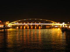 Hoeg Brugk . . . (willem_huwae) Tags: canon maastricht nacht maas boog lampen kleuren rivier verlichting reflecties img0181 hoeg willemhuwae brugk