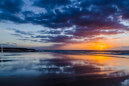 puesta del sol en piedra playa, Fuerteventura, Canarias