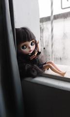 Na janela lateral do quarto de dormir...