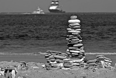 Helgoland / Dne (heiko.moser) Tags: helgoland monochrom mono stein steine stone stoneman steinmann steinturm stonetower noiretblanc nb natur nero nature natura bw blackwihte blancoynegro nordsee sw schwarzweiss schwarzweis germany daut wasser outdoor water entdecken einfarbig discover deutschland heikomoser
