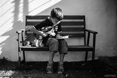 Lecture partage (LACPIXEL) Tags: lecture lectura reading partage sharing compartir enfant nino child chico garon boy chien perro dog banc banco bench jardin garden oustide dehors afuera noiretblanc blackandwhite blancoynegro nikon nikonfrance d4s fx nikkor flickr lacpixel