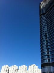bright blue sky at Tseung Kwan O, Popcorn (Winedemonium2) Tags: plaza urban apple landscape o 4 bluesky testing crown striking verticality kwan iphone tseung iphone4