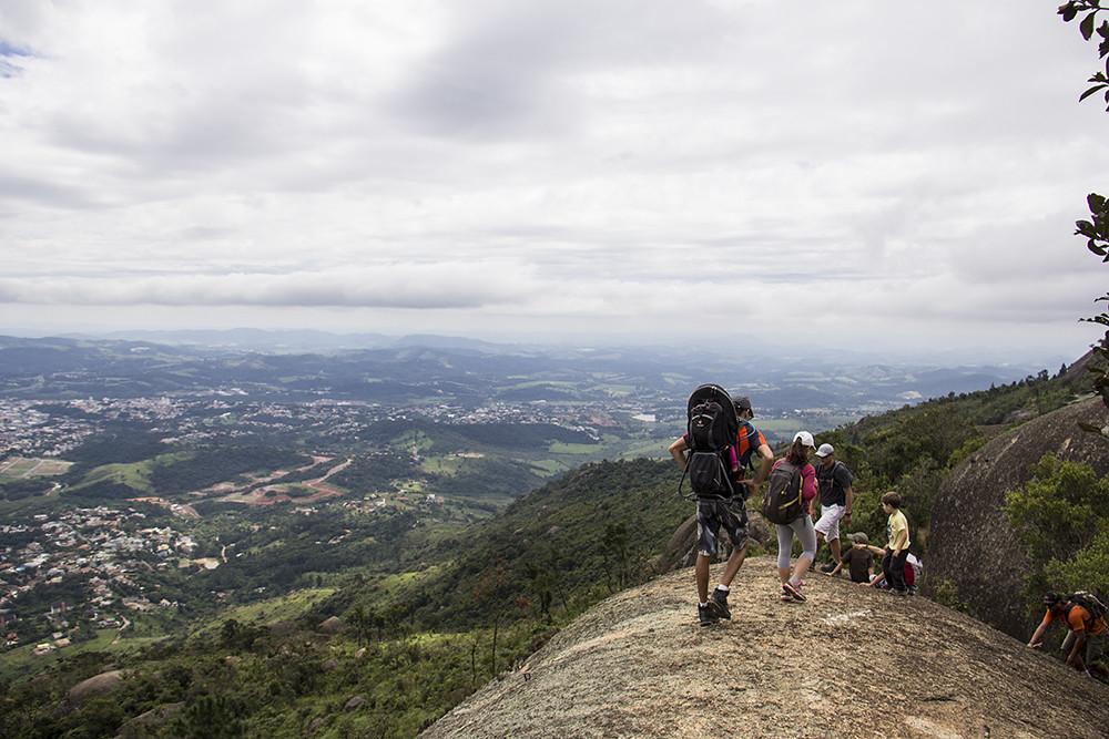 Trilha da Pedra Grande - garotos fazendo e trilha e ainda humilhando a gente