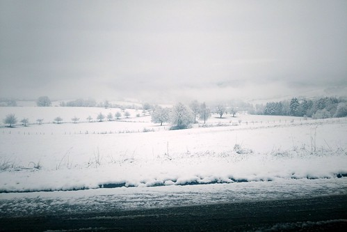 Neuschnee auf Wiesen am Fuße der Hochburg