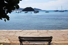 bom feriado... (Ruby Ferreira ) Tags: praia beach bench boats rj barcos branches banco lagos dos sparkling regio bziosrj regiodoslagosrj