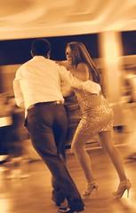 -Reto Personas de espaldas- Bailando (Alyaz7) Tags: party motion blur sexy girl beauty night noche dance fiesta chica dress legs movimiento suit motionblur desenfoque bella traje baile vr vestido elegance piernas autofocus elegancia photoshopedit unicolor autoenfoque isoauto whitebalanceautomatic fondobarrido pixlredit nikond7200 lentenikonnikkorafs1855mm13556giidxvr retopersonasdeespaldas balancedeblancosautomtico