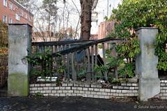 Totalschaden (Sockenhummel) Tags: berlin wall fence garden fuji finepix damaged zaun garten x30 mauer kaputt grundstck lichtenrade totalschaden fujfilm fujix30 curtiusstrasse