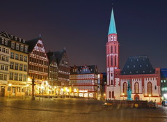 Alte Nikolaikirche 2 (stephan.hickisch) Tags: city light red sky urban building church fountain night germany evening frankfurt main kirche financial metropole rmerberg rmer timbering altenikolaikirche
