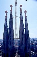 Barcellona -  Sagrada Familia 1984 (frank28883) Tags: barcelona chiesa catalunya sagradafamilia barcellona spagna torri cantiere guglie scannedfromaslide