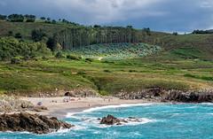 Cielo gris durante un da de playa... (Leo ) Tags: verano playa repibelo nublado nubes cielo gris mar ocanoatlntico gente verde azul luz arteixo acorua galicia