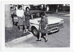 Vintage Snapshot : 3 Tough Ladies, One 1960 Rambler Super (CHAIN12) Tags: auto street 3 car snapshot chicas tres rambler curb tough 1960 drrns1960ramblersupergirltrio