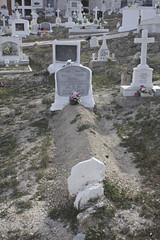 Un Crisol. (elojeador) Tags: tumba nicho piedra tierra mata lpida epitafio cruz flor ramo tmulo cementerio cementeriodelijar roquecrisolramos demuerte elojeador