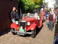 1952 MG TD Midget (Davydutchy) Tags: auto people holland classic netherlands car automobile tour rally crowd may nederland cities voiture mg massa finish vehicle oldtimer midget eleven friesland rallye td mensen klassiker 2015 frysln sleat elfstedentocht vetern sloten menigte automobiel