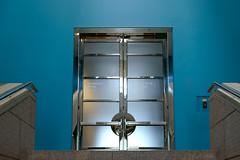 La porte double sur fond bleu/The double door on a blue background/La puerta doble sobre un fondo celeste/Den dubbeldörr på en blå bakgrund (Elf-8) Tags: door blue glass architecture stair steel ottawa nationalgallery moshesafdie