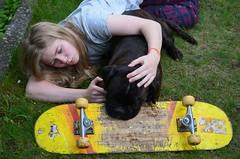 Karvased klalised (anuwintschalek) Tags: dog home garden austria spring hund paula skateboard april boxer garten niedersterreich rula frhling kodu aed kevad 2016 wienerneustadt lapsed koer nikond7000 18140vr