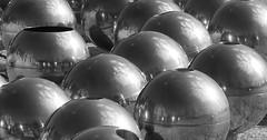 Sie sind gelandet (Juergen Gebler) Tags: fountain metal canon ball eos spring brunnen picture bild metall kugel marienbad lzn marinsklzn
