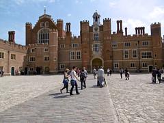 Hampton Court Palace (tame_alien) Tags: uk england building architecture hamptoncourtpalace unitedkindom eastmolesey