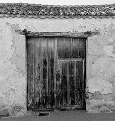 Puerta B&N (KitosRD) Tags: door wood old bw espaa blancoynegro puerta madera fuji vieja bn segovia fujinon fujiflim valverdedelmajano fujixt10