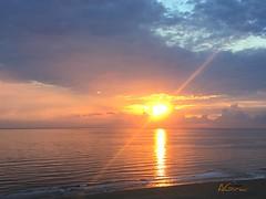 Empieza el da, cuando el rayo de luz que atraviesa el sol... lo pone en marcha... (AGirau ...) Tags: agirauflickr flickr agirau marmediterrneo rayodeluz sol amanecer