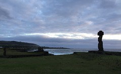 Ahu Ko Te Riku, Rapanui (Easter Island), Chile. (ER's Eyes) Tags: tahai ahutahai moai moais ahu ahus ahukoteriku topete pukao ahuvaiuri platforms canoeberth rampadecanoa nationalparque ceremonialcenter harepaenga rampadebarcos poente sunset atracaderodecanoas costeiro litoral 3centrosceremoniales sacrário santuário ceremonialshrines santuárioscerimoniais tepitootehenva thenaveloftheworld thekainga theland aterra rapanui paascheneyland easterisland sancarlos whyhu vaihu terraaustralis 5deabrilde1722 eastersunday hangaroabay baíaampla umbigodomundo mana aramoai tapu ariki arikimau moaitangata moaipa´apa´a tupa matangarahu reimiro canteiro ilhadepáscoa ilhadapolinésiaoriental oceanopacífico unesco ilhagrande tepitootehenúa