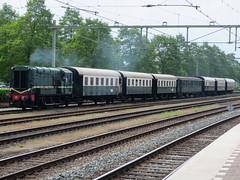 VSM 636 met een passagierstrein (Jonathan Blokzijl) Tags: netherlands station canon nederland zug bahnhof bahn spoor apeldoorn spoorwegen gelderland bakkie 636 vsm hippel goederentrein veluwschestoomtreinmaatschappij veluwsche nkladnvlak apeldoornlocomotiefpocig towarowytreintraintrainsrailrailwayrailwayswagonpassagierspassagierstrein636vsm