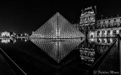 Pyramide du Louvre en N/B (fmonin) Tags: paris france monument ledefrance arc muse capitale fr arche obelisque musedulouvre pyramidedulouvre arcdetriompheducarrousel commmoratifhonorifiqueoudcoratif