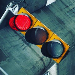 Un alto en la ciudad.  #ciudad #city #photooftheday #traffic #lights  Semforo en alto en la ciudad.  #stop #alto  #redlight #citylife #instamoment #red #rojo #m (Jos Miguel S) Tags: trafficlights square ciudad urbanexploration squareformat clarendon redlight semforo redtrafficlight fotografaurbana instagramapp uploaded:by=instagram urbanpohotography