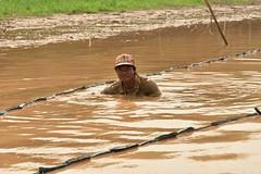 DSC_6674 (Omar Rodriguez Suarez) Tags: net fishing cambodia mud hardwork barro floatingvillage camboya hardlife pescadore