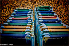 Esperando inquilino. (dapray) Tags: geostate geocountry sillas hamacas playa arena mar sol sitges nikon 7100 catalua color colour colores colorsinourworld tumbonas