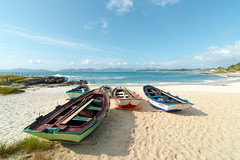 _FER3923p - Ra de Vigo. Praia das Barcas. (Fernando Villar Saborido) Tags: blue sea sun primavera sol beach water azul landscape boat mar spring rocks barca air arena aire rocas barque