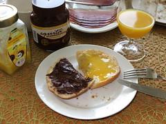Schokoaufstrich und Honig auf weiem Brtchen (multipel_bleiben) Tags: essen schokolade frhstck honig