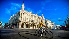Bicicleta frente al Gran Teatro, Parque Central, La Habana (pepoexpress - A few million thanks!) Tags: blue sky architecture nikon cityscape cuba bicicleta bycicle lahabana granteatro parquecentral skylinearchitecture nikond600 1424afs pepoexpress d6001424mm nikond6001424mm tresdasenlahabana