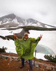 冷たい雨と強い風にさらされてるよ。5月の富士山の山頂のようだよ。まさかこの時期に雪渓を歩けるなんて、信じられないよ。#朝日岳 #大雪山系 #北海道 #旭岳ロープウェイ