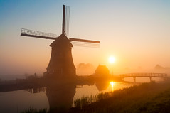 strijkmolens Ursem (johan wieland) Tags: bridge sun mist water sunrise thenetherlands nl mills noordholland molens schermerhorn oterleek ursem