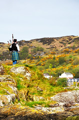 piper (Tioc) Tags: scotland kilt argyll piper tarbet