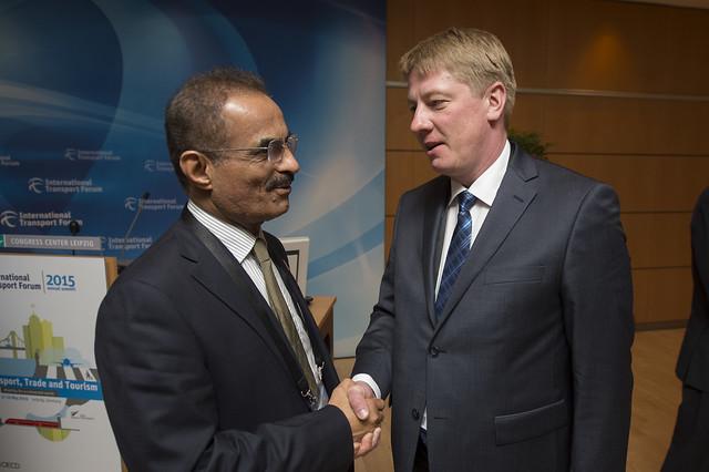 Abdulla Bin Mohammed Bilhaif Al Nuaimi and Anrijs Matiss shaking hands