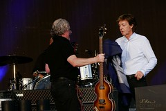 Paul McCartney changes guitars #2 (NM_Pics) Tags: munich mnchen paul beatles olympicstadium mccartney paulmccartney olympiastadion oneonone
