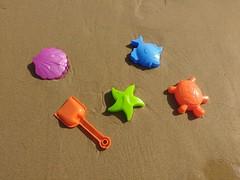 Set basico para futuros playeros. (aliciap.clausell) Tags: arena playa juegos mar sea marineros hobby cubo pala juguetes sand beach vacaciones verano holidays infancia
